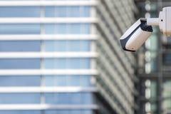 Cctv-säkerhetskamera på byggande främst skyskrapa för vägg arkivfoto
