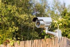Cctv-säkerhetskamera på det trädgårds- staketet Fotografering för Bildbyråer