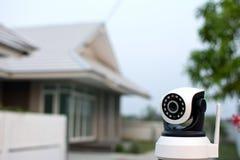 Cctv-säkerhetskamera som fungerar i hem Arkivfoton