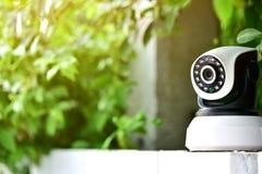 Cctv-säkerhetskamera som fungerar i hem Arkivfoto