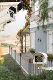 Cctv-säkerhetskamera som fungerar på trädgården som taklägger huset Royaltyfria Bilder