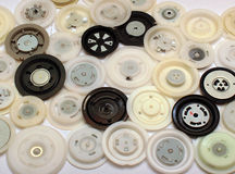 从cd和dvd磁盘驱动器的许多圆的塑料钳位 免版税图库摄影
