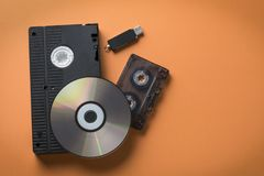CD的盘和video-audio卡式磁带和一刹那驱动作为媒介存贮演变的概念 免版税库存图片