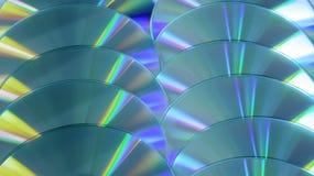 CD的DVD圆盘五颜六色的紧凑背景彩虹发光蓝色黄色白色超 免版税库存照片
