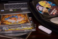 CD的DVD圆盘,笔记本 免版税库存图片
