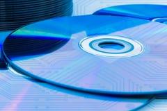 CD κινηματογραφήσεων σε πρώτο πλάνο (CD/DVD) με τον πίνακα κυκλωμάτων Στοκ φωτογραφία με δικαίωμα ελεύθερης χρήσης