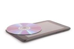 CD auf einem Tablet-PC (Beschneidungspfad) Lizenzfreies Stockfoto