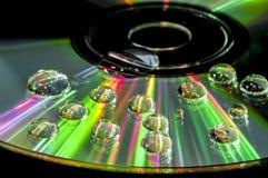 CD avec des gouttelettes d'eau photo libre de droits