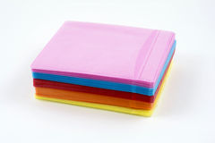 CD barwione plastikowe skrzynki odizolowywać na bielu Obrazy Stock