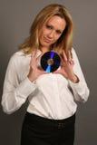 CD biondo della holding della donna di affari immagini stock