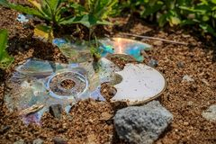 CD cassé, cassé et jeté photos libres de droits