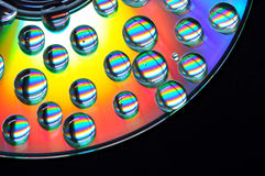 CD con le gocce colorate immagini stock libere da diritti