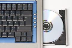 CD dans l'ordinateur portatif? Vue à partir de dessus. Images libres de droits