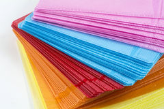 CD dans les boîtiers en plastique colorés d'isolement sur le blanc Photo libre de droits
