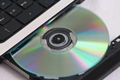 CD dans un ordinateur photo stock