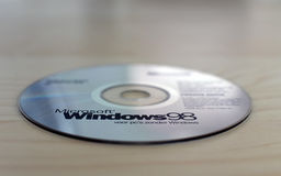 CD de Windows 98 sur la table Image libre de droits