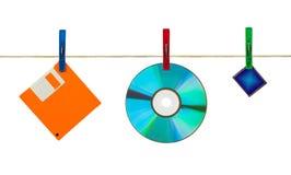 CD, diskette en flitskaart op wasknijpers Royalty-vrije Stock Foto's