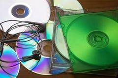 CD of DVD-geval met oortelefoon, Copyspace-gebied voor musical Stock Fotografie