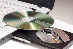 CD/DVD y computadora portátil. Imagen de archivo libre de regalías