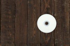 CD dysk na ciemnym drewno stole Odgórny widok Obrazy Royalty Free