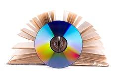 CD e libro aperto fotografie stock libere da diritti