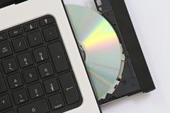 CD in einen Computer Stockfoto
