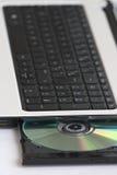 CD in einen Computer Stockbilder