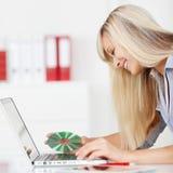 CD felice dell'inserzione della donna sul suo computer portatile Fotografie Stock