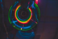 CD met neonlichten in dark stock afbeeldingen