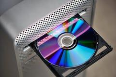 CD o DVD nell'azionamento del calcolatore Fotografie Stock