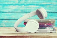 CD och hörlurar Arkivfoto
