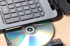 CD- oder dvdscheibe in einem Computercd-player stockbild