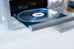 CD-Player mit offenem Behälter und Diskette nach innen Stockbild