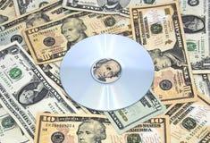 CD-ROM en la pila de efectivo Foto de archivo libre de regalías