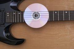 CD-SKIVA och gitarr Royaltyfri Fotografi