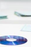 CD-SKIVA på skrivbordet Arkivbilder