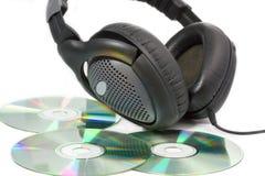 Cd-skivor (CDs) med hörlurar Arkivbilder