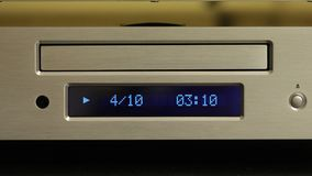 Cd spelare som spelar en diskett arkivfilmer