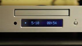 CD-speler die een schijf spelen stock video
