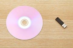 CD y unidad USB Imágenes de archivo libres de regalías