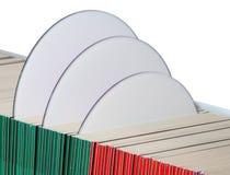 Cdes o DVDs en las fundas de papel Imágenes de archivo libres de regalías