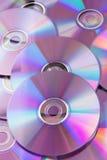 Cdes violetas brillantes DVDs Fotos de archivo