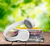 Cdes y auriculares Fotos de archivo libres de regalías