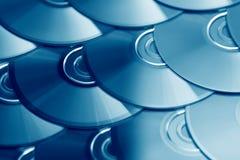 CDhintergrund Einige CD dvd Blu-raydisketten Optische aufnahmefähige oder rewritable digitale Datenspeicherung Stockfotos