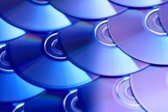 CDhintergrund Einige CD dvd Blu-raydisketten Optische aufnahmefähige oder rewritable digitale Datenspeicherung Lizenzfreie Stockfotografie