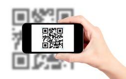 Código de la exploración QR con el teléfono móvil Fotos de archivo libres de regalías
