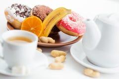 Cdonuts och akes för kaffe och te royaltyfria bilder