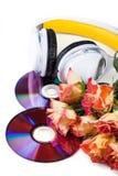 CDs, hörlurar och ro över vit Arkivfoto