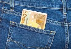 Cédula 50 euro- colando como um raio o bolso das calças de brim Foto de Stock
