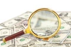 Cédulas do dólar sob a lupa Fotografia de Stock Royalty Free
